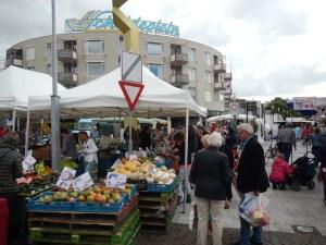 Kunden vor einem Obststand auf Wochenmarkt in Vlissingen