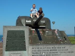 Kinder auf dem Panzer in Westkapelle