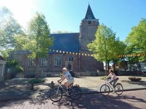 Kirche mit Radfahrer in Serooskerke