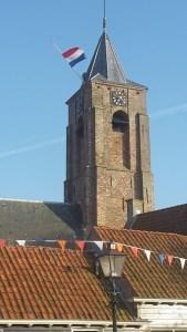 Kirchturm in Aagtekerke mit Nationalflagge zum Königstag