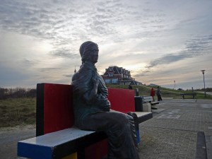 Statue auf Bank in Domburg am Strand