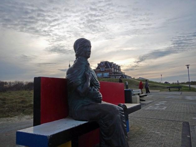Statue auf Bank in Domburg am Strand