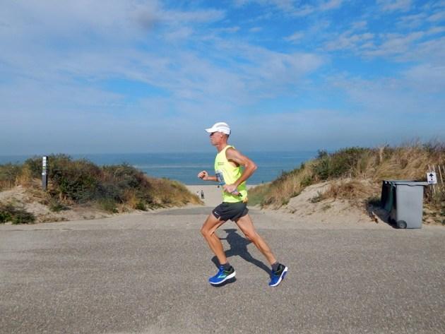 Läufer vor Nordseekulisse beim Kustmarthon 2018