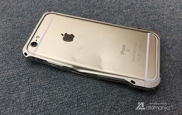 変形したiPhone背面側