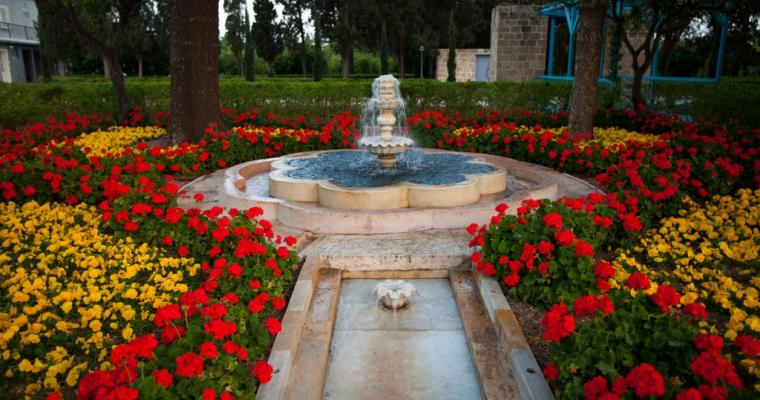200 let bahá'í víry, která je ináboženstvím