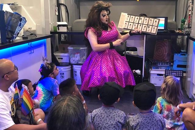 Američtí křesťané nejsou jednotní vnázoru na vystoupení drag queens před dětmi