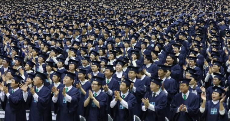 V církvi Sinčchondži promovalo 100 tisíc absolventů biblického kursu