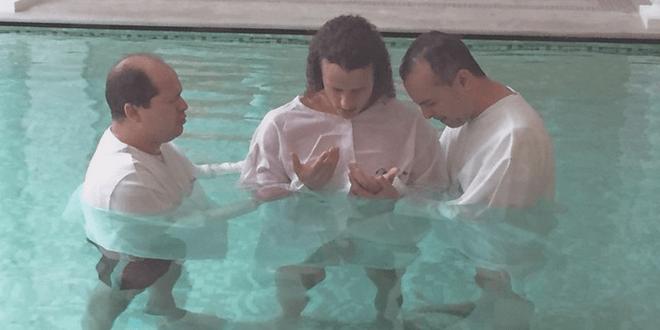 David Luiz, le célèbre défenseur brésilien du PSG, s'est fait baptiser dans la piscine de Maxwell, l'un de ses coéquipiers
