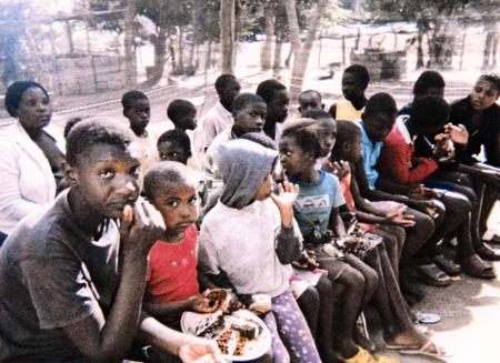Speisung von Waisenschulkindern, Mpumalanga Provinz, Südafrika