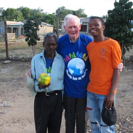 Wilhelm Steffens bekommt eine Papaya geschenkt
