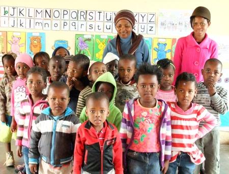 Gruppenbild der Vorschulkinder mit ihren Leiterinnen