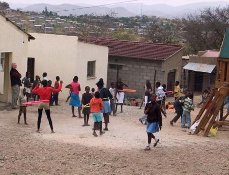 Spielende Kinder vor der Kindertagesstätte