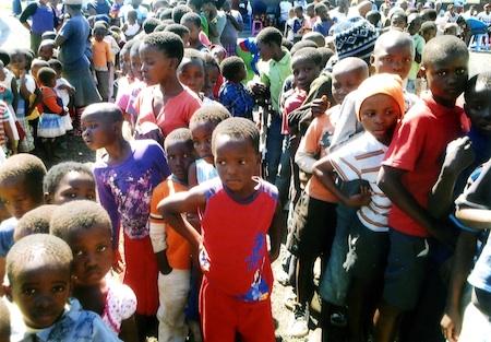 Ca 300 Kinder bekommen täglich eine Mahlzeit