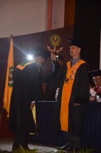 Dr. Hajam, M. Ag Dekan Fak. UAD mengalihkan Kuncir kepada Wisudawan Fak. UAD  Tahun 2016.