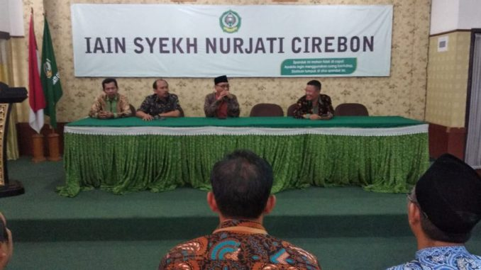 Sambutan Dr. H. Sumanta Hasyim, M.Ag (Rektor) pada kegiatan penyerahan sertifikat dosen professional yang dilaksanakan LPM. Rabu (15/01)