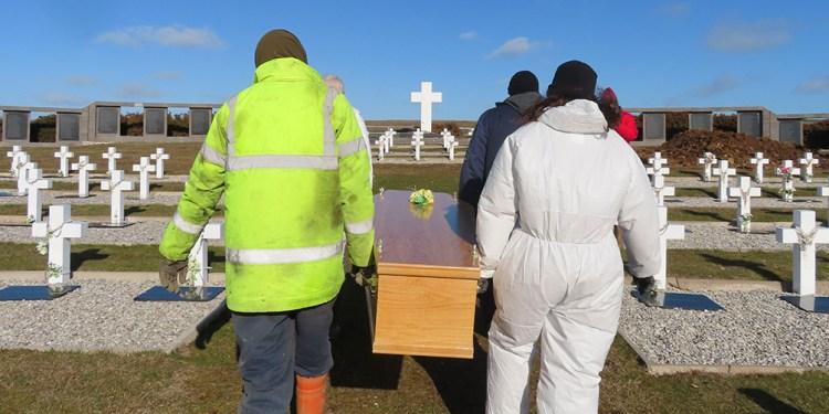 inhumaron en darwin los restos de ex combatientes que pudieron ser identificados