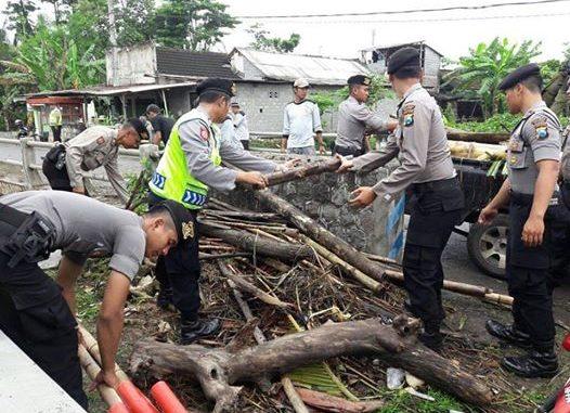 Polisi dan Warga Gotong Royong