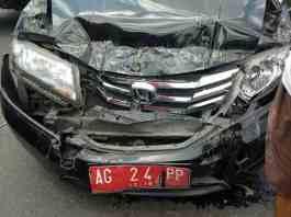 Mobil ringsek akibat terhimpit dua kendaraan. Foto Kiriman Kaji Ali
