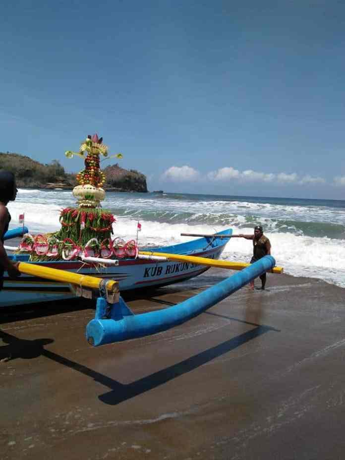 Larung Sesaji 1 Suro di Pantai Serang