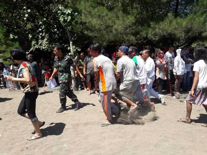 Wisatawan Terseret Ombak di Pantai Serang