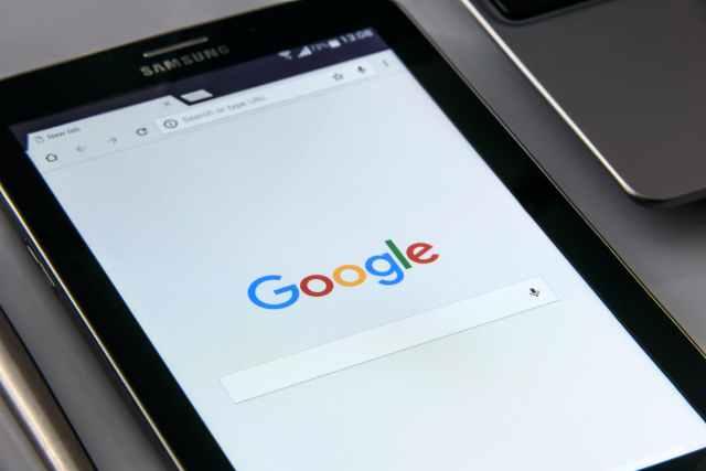 black samsung tablet display google browser on screen Mejora de los procesos comerciales en 2021