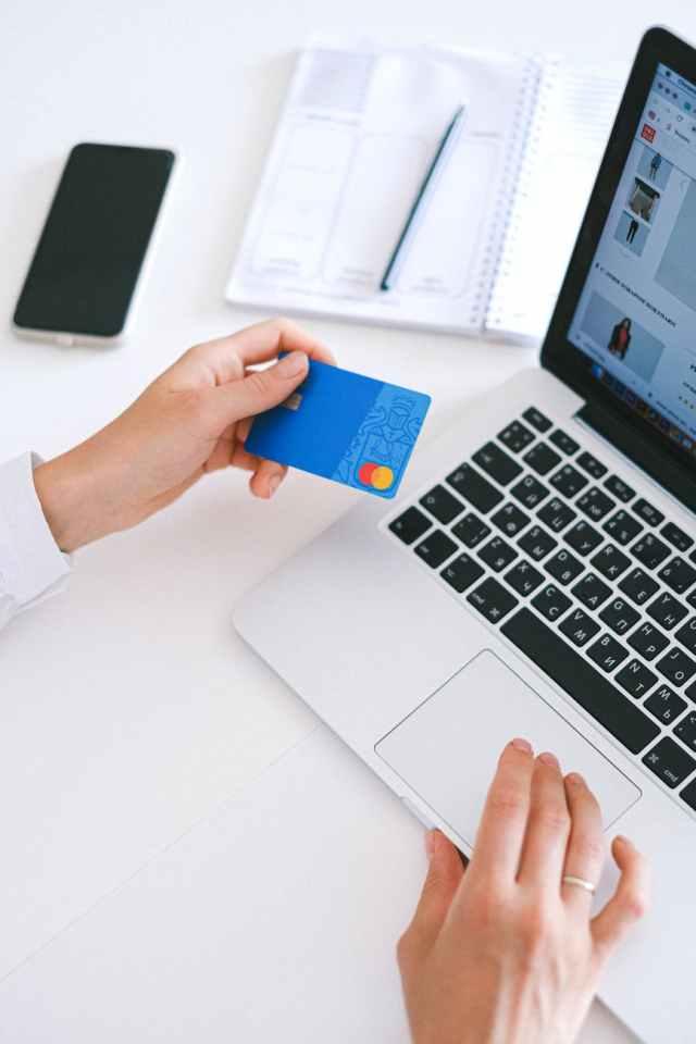 person holding bank card Argentina, Brasil, Paraguay y Uruguay firmaron el Acuerdo sobre Comercio Electrónico del Mercosur. Foto: Anna Shvets Pexels.com