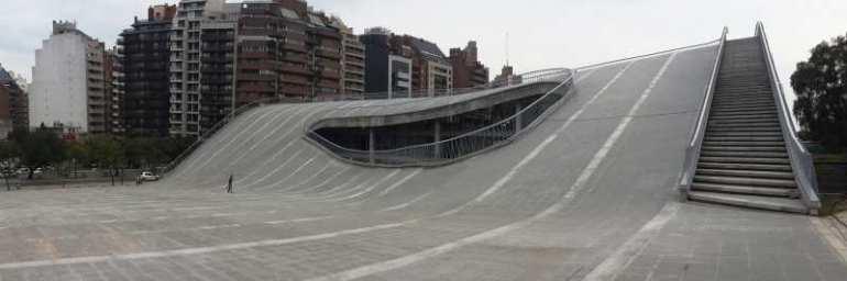 La Plaza Seca se ubica en el techo-explanada que simula ser el oleaje del Faro del Bicentenario