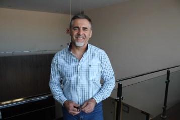 Vicente Tapia, candidato a la alcaldía de Nueva Carteya, en el ayuntamiento durante la entrevista