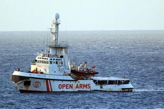 Italia aún no ha permitido atracar al barco en la isla italiana de Lampedusa pese a que los gobiernos de seis países europeos han contactado con las autoridades italianas para acoger a los migrantes que viajan en el Open Arms