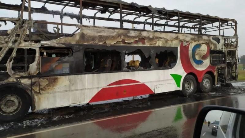 Un colectivo de la empresa Córdoba Coata se incendió entre Santa Eufemia y Pedro Funes
