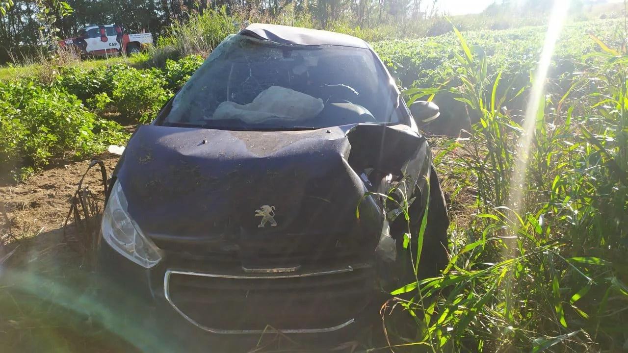 Accidente: automóvil impactó contra un árbol