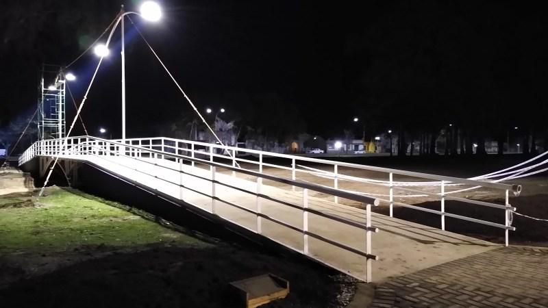 El paseo ya tiene su puente que ilumina el centro del paseo