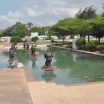 Localnici sufland in vuvuzele - primirea traditionala a delegatiilor oficiale