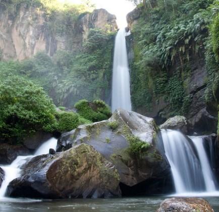 Tempat-wisata-menarik-di-Batu-Malang-Air-Terjun-Coban-Talun
