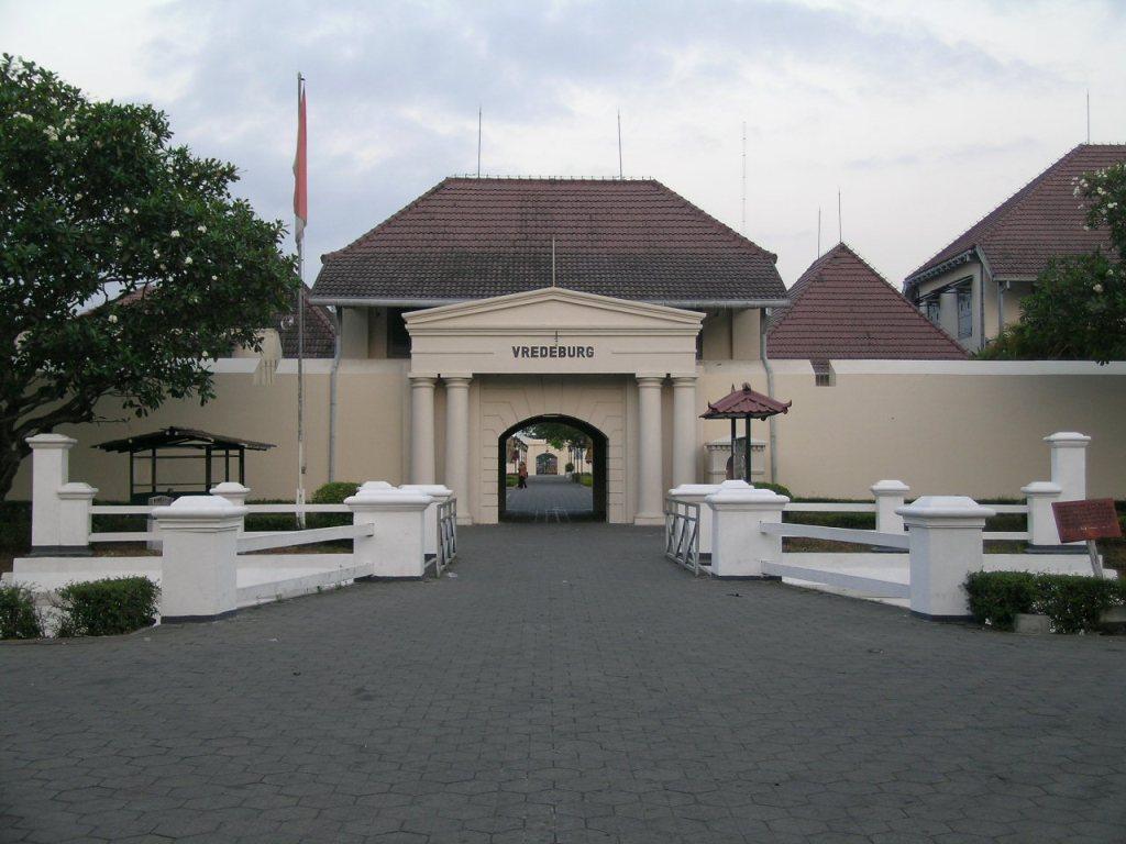 tempat-wisata-di-jogja-yang-wajib-dikunjungi-Benteng-Vredeburg