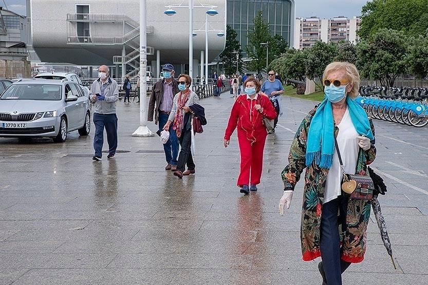 Gente paseando por Santander con mascarilla.