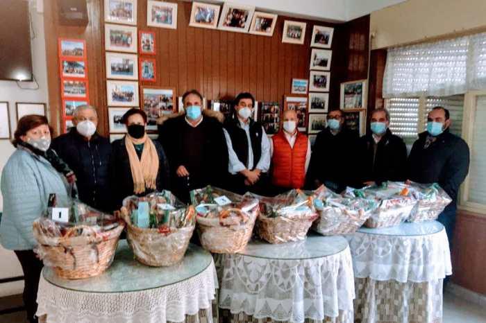 Los Ayuntamientos de Liébana y Peñarrubia sortean una cesta de Navidad entre los miembros de la Asociación de la Tercera Edad