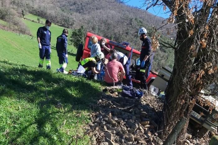 Herido un varón tras salirse con su vehículo de una pista forestal en Bárago