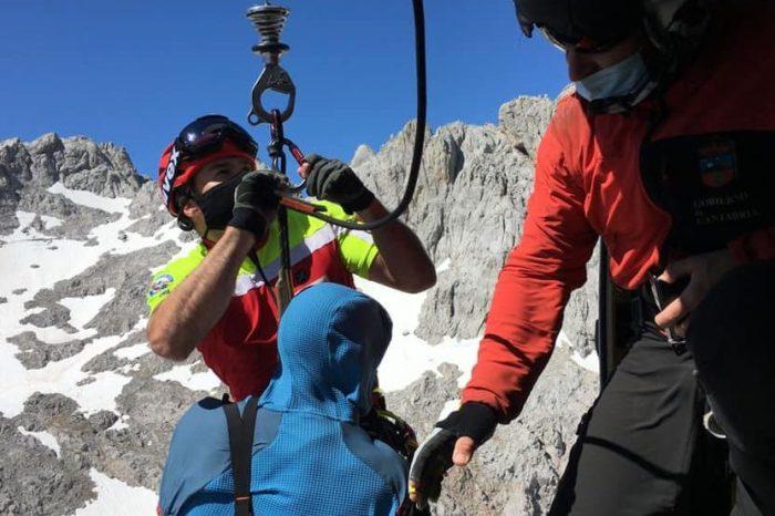 El helicóptero rescata a un montañero herido en el macizo central de los Picos de Europa