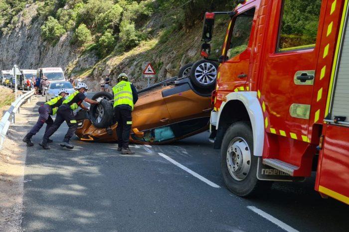 Herida leve la conductora del vehículo volcado este domingo en el desfiladero de La Hermida