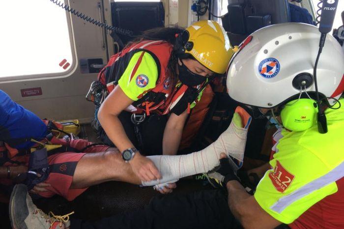 El helicóptero evacúa a un senderista accidentado en el entorno de Peña Remoña