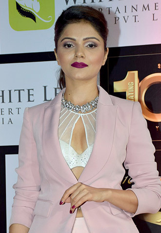 Rubina Dilaik grace the 10th Gold Awards 2017 1