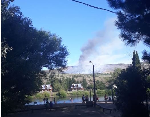Se trabaja de manera intensa para contener un incendio forestal en Aluminé
