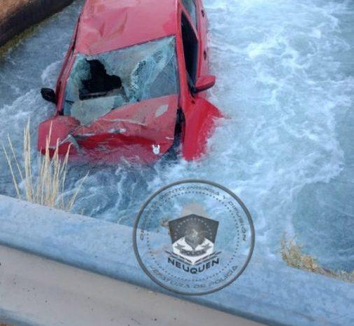 Conductor ebrio, pierde el control del vehiculo y termina en el canal de riego