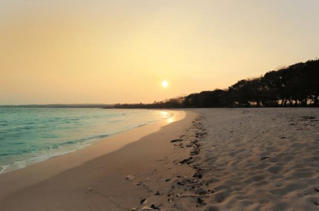 Pesona Wisata Pantai Merak Belantung di Lampung