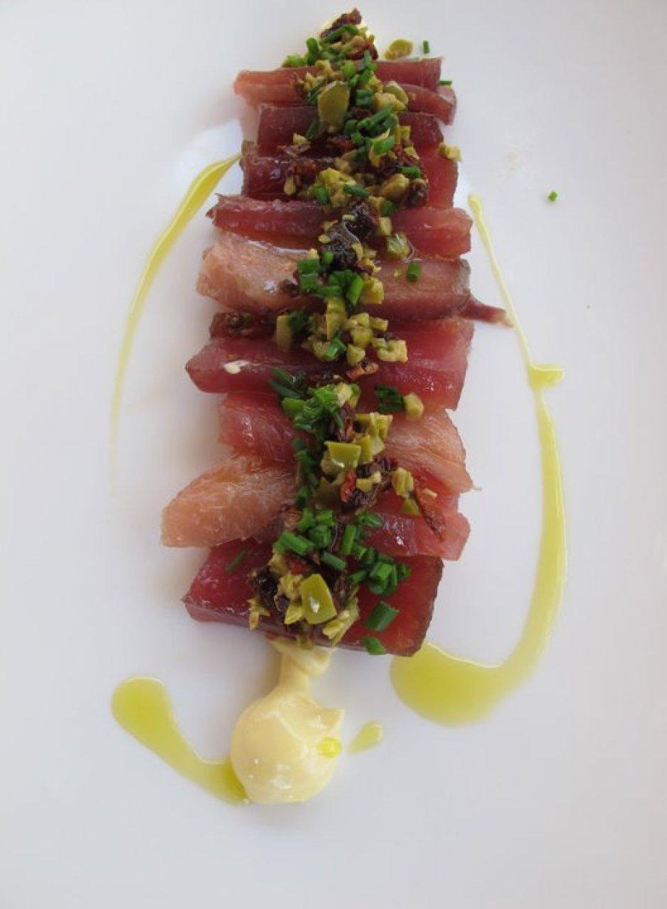 Tataki de tonyina a mitja sal, tomàquets secs, maionesa i olives.