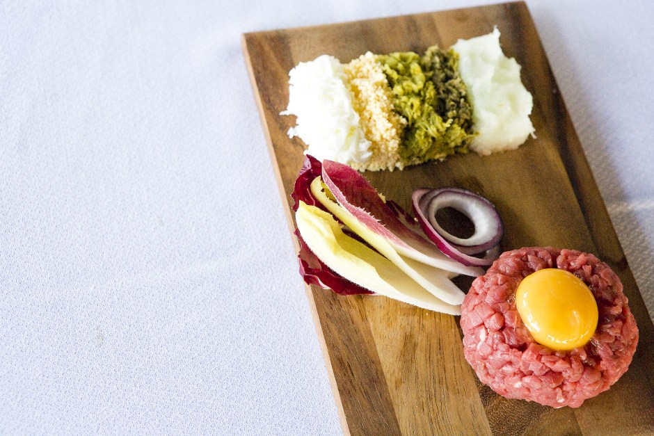 Steak Tartar, plato estrella en restaurante Loro Verde. Pere Mas i Reus, 8. Alcudia. Mallorca.