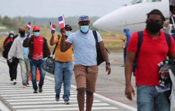Llegan al país a 26 dominicanos varados en Las Bahamas