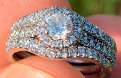 Dereck Smith encuentra en una playa un anillo con diamantes de 10,000 dólares