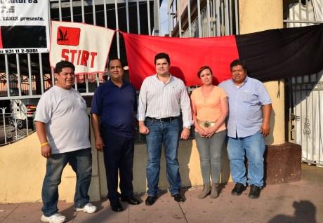 El legislador nogalense con algunos empleados en huelga.